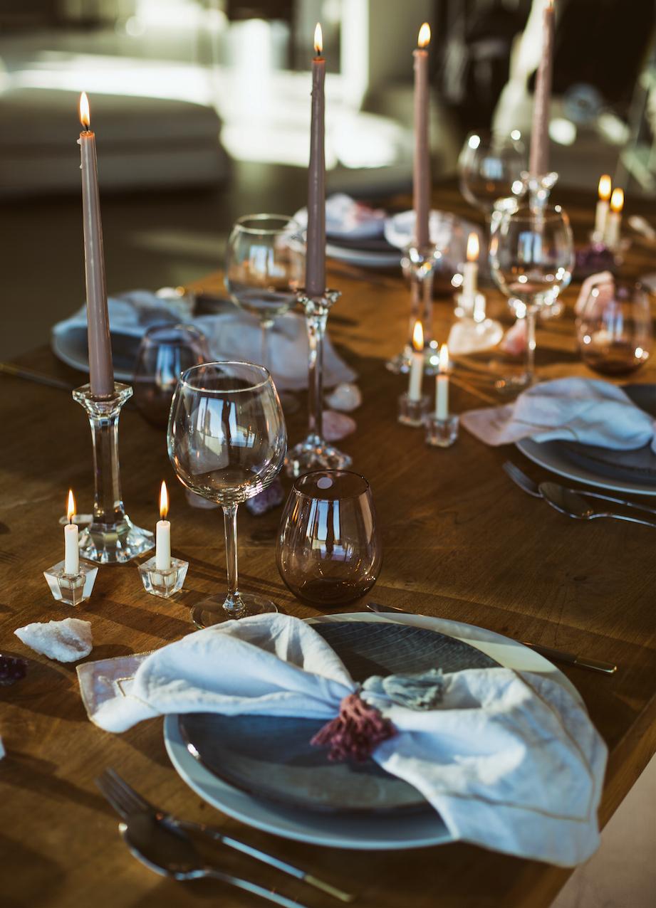 Tischsetting mit Kristallen