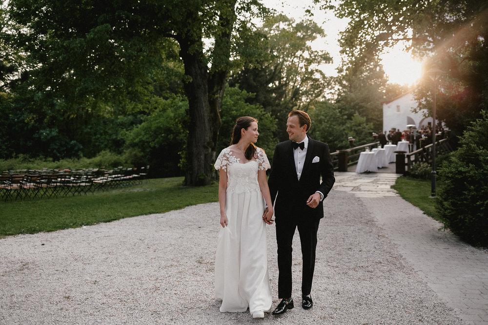 Brautpaar vor dem abendlichen Fest