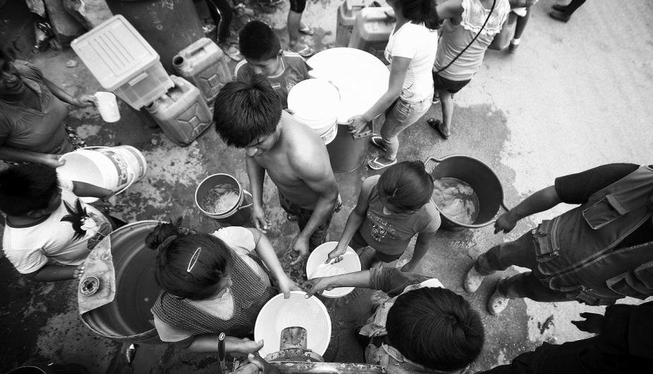 La dura batalla por conseguir agua en San Juan de Lurigancho. (Renzo Salazar).jpg