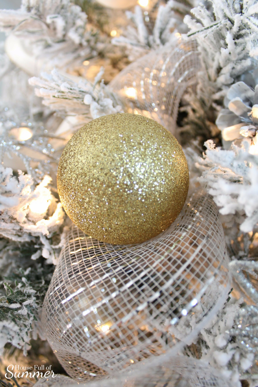 Christmas Home Tour | House Full of Summer blog hop - Cheerful Christmas Home Tourcoastal christmas neutral christmas decor, holiday home tour, florida christmas, gold ornament