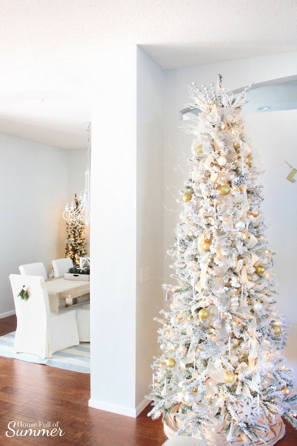 Christmas Home Tour | House Full of Summer blog hop - Cheerful Christmas Home Tour coastal christmas, sparkling lights, Christmas in July neutral christmas decor, holiday home tour, florida christmas, flocked christmas tree, christmas ornaments, gold and silver decor