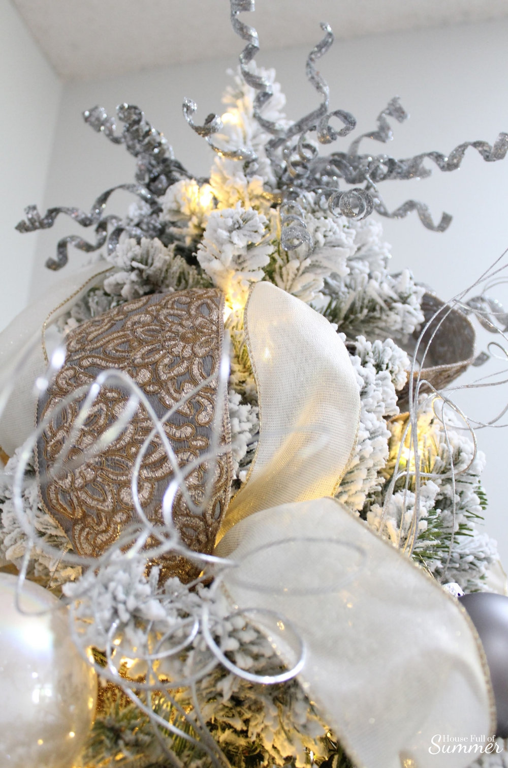Southern Glam Christmas Decor | How to decorate your Christmas tree with Southern charm! Neutral glam Christmas decor, velvet ribbon, luxurious, elegant Christmas tree decorations, silver, gold and white, coastal decor, magnolia sprays, gold magnolia leaves