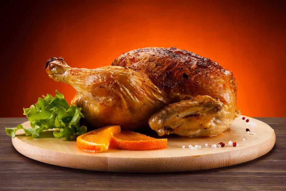 Tous les jours notre rôtisserie   Notre rôtisserie vous prépare chaque jour de succulents poulets, fermiers sur demande, que vous pouvez acheter entier ou en portions, accompagnés de pommes de terre rôties