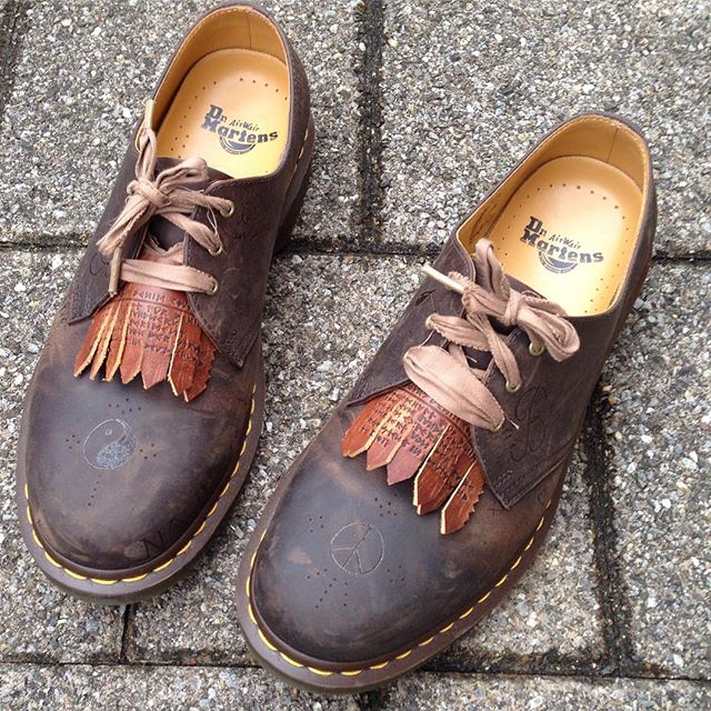 3. Statement-Schuhe - Schuhe werden zum modischem Blickfang durch Verzierung aus unterschiedlichen Materialien und in auffälligen Formen.(Balgans x DocMartens –