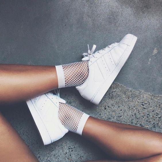 10. Söckchen - In der kommenden Saison trägt man dünne Socken in Turnschuhen oder in Sandalen.(Quelle: Adidas)