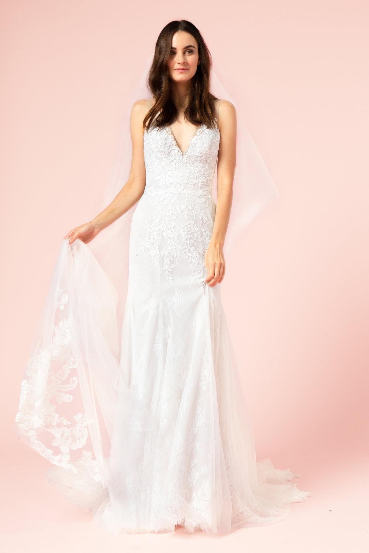 Season: Fall 2017     Gown name: BL17216 透視V領喇叭裙婚紗    Description: 透視V領領口喇叭裙形剪裁的婚紗,全身飾有浪漫蕾絲和立體花邊刺繡。背 部亦同樣是透視設計飾有立體花邊,優雅同時富女人味。