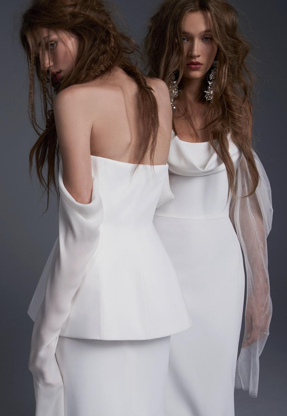 Season: Fall 2017    Gown name: Floriana 露肩領口長袖合身剪裁的婚紗    Description: 露肩領口長袖合身剪裁的婚紗禮服,柔美的絲質接袖白色禮服,運用開襟設 計拼接貼身主紗,融合帶有時裝感的兩件式設計,及本季流行趨勢——超長袖,輕盈飄逸 的法國製透明薄紗,令新娘一舉一動都充滿靈動仙氣。適合不拘一格,喜愛自由感的新娘 。