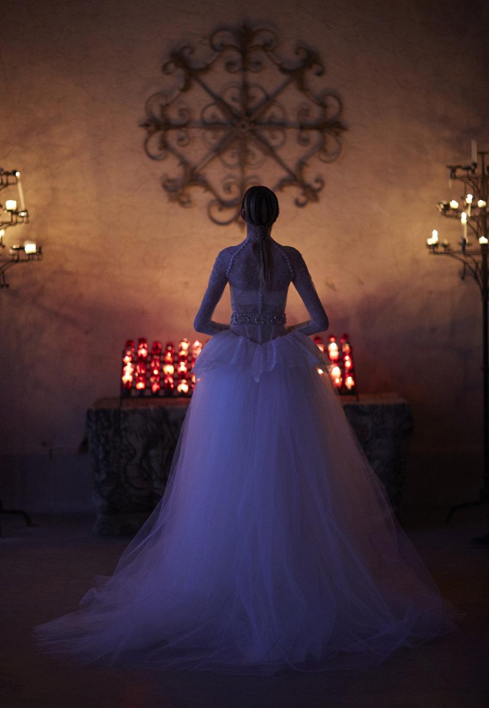 Season: Spring 2017    Gown name: Alden 高领口长袖公主大裙剪裁婚纱    Description: 高领口长袖公主大裙剪裁婚纱礼服,上身结合现代感剪裁和透视结构,薄纱 长袖以钟扣编上衫身,营造高贵氛围。新娘亦可脱下手袖,一条裙子有两种穿法。磅礡的 公主大裙摆,充满戏剧性的服装表达,飘散着十八世纪的宫廷复古味道。