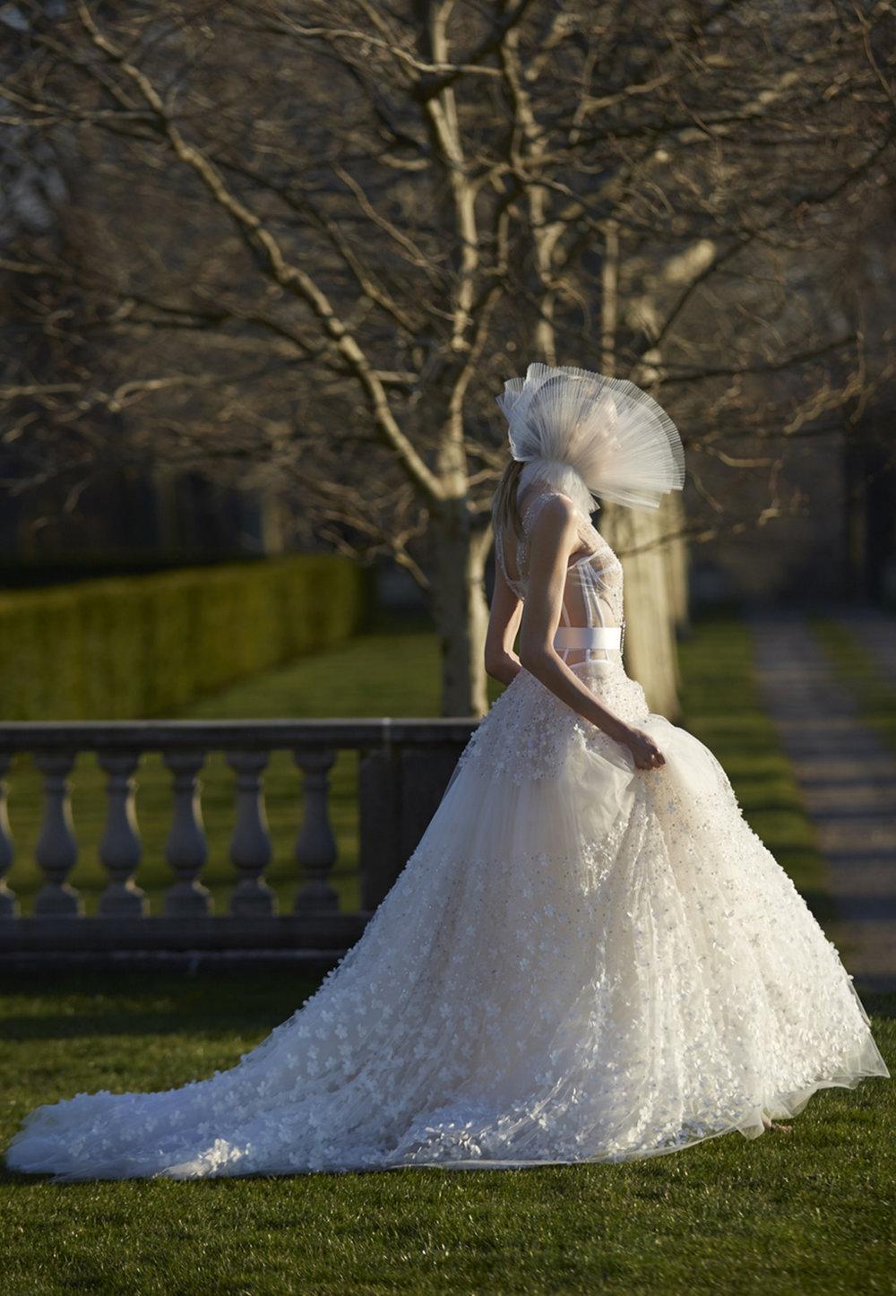 Season: Spring 2017    Gown name: Viola 露肩领口/桃心形领公主大裙剪裁婚纱    Description: 露肩领口/桃心形领公主大裙剪裁婚纱礼服,强调结构式的透视紧身马甲衣 ,呈现了前卫与时尚的唯美浪漫。肩上与裙摆如星辰般满布的立体手工花卉,如闪耀的繁 星让整个造型蒙上一层时尚的糖霜。拍摄婚照和晚宴婚礼都显得极美。