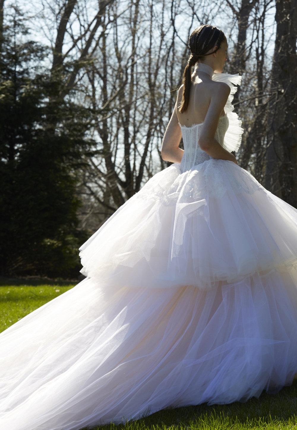 Season: Spring 2017    Gown name: Sigourney 露肩領口公主大裙剪裁婚紗    Description: 露肩領口公主大裙剪裁婚紗禮服,婚紗透出清新的芭蕾舞者氣息。上身緊裹 的束身衣呈現新娘身形曲線,澎湃的波浪蕾絲自然散逸出層次萬褶紗裙,讓新娘的一步一 履彷彿跟隨音樂般踏著輕快舞步。可訂製長長拖尾。