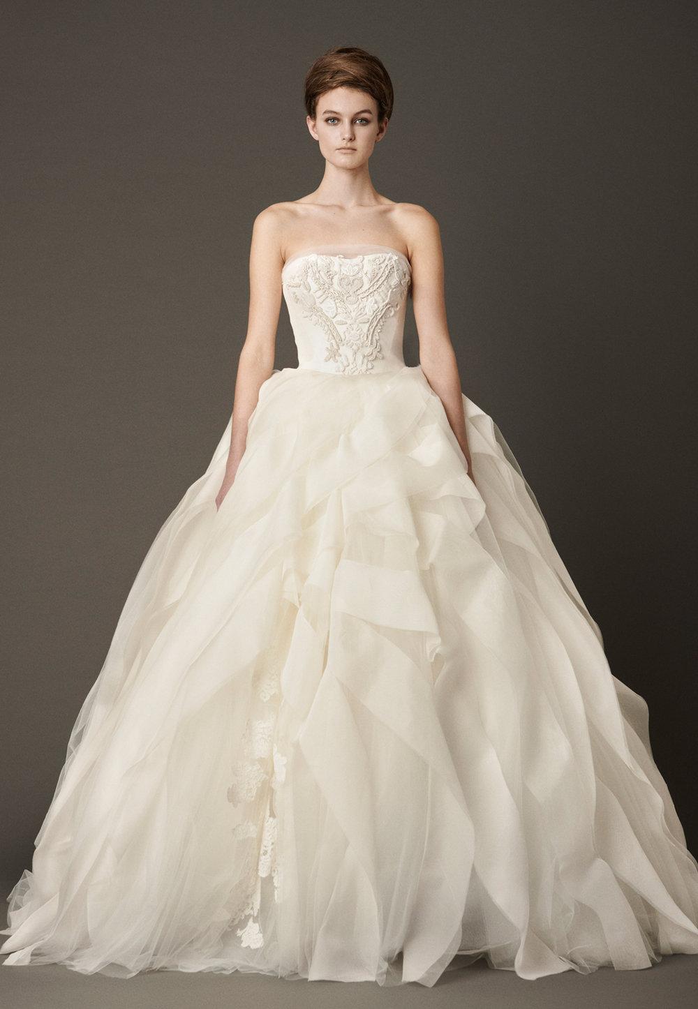 Iconic Style    Gown Name: Liesel 桃心形领口公主大裙婚纱    Description: 桃心形领口公主大裙婚纱,上身缀以手工刺绣细节,下摆不但有蕾丝贴花为 特色细节,更饰有似是一条条丝带随意组合的丝绸透明纱。这是一袭集传统、时尚与梦幻 于一身的婚纱,又如海浪般起伏的裙摆,自然地形成不对称效果,如梦幻舞会的礼服。