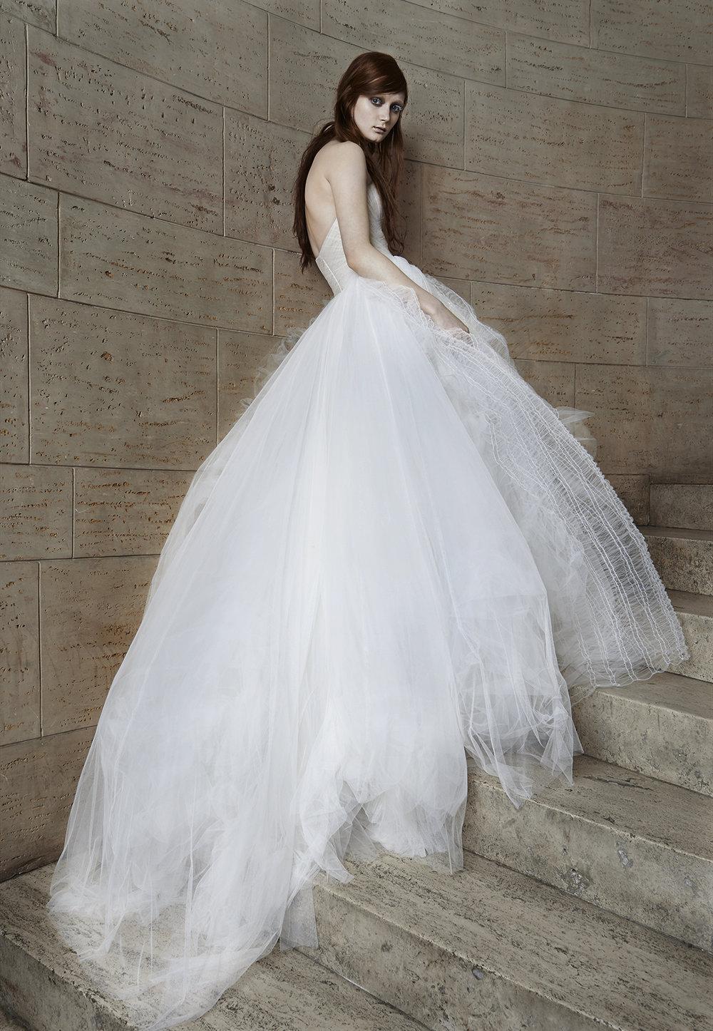 Iconic Style    Gown Name: Octavia 抹胸領口公主大裙剪裁的婚紗    Description: 抹胸領口公主大裙剪裁的婚紗,Octavia 是一襲充滿了動態美感的婚紗,新 娘在行走中裙體彷彿被片片隨意而輕盈的薄紗圍繞。 手工的薄紗抓摺胸衣,無負擔緊密 的貼緊身軀,營造纖細的腰身。不規則的薄紗,如蟬翼般輕柔,穿在身上一點也不嫌重。 穿著她的新娘可愛、柔軟而自由,彷若雲朵漂浮著被風帶往任何地方。