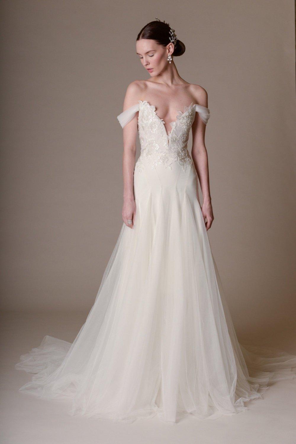 Season: Spring 2016    Gown name: Hyacinth 一字膊合身剪裁的婚紗    Description: 一字膊合身剪裁的婚紗,胸口及腰身飾有花絲線貼花的手工刺繡及鑲嵌了釘 珠細節。高質輕紗裙擺呈現浪漫的飄逸感。