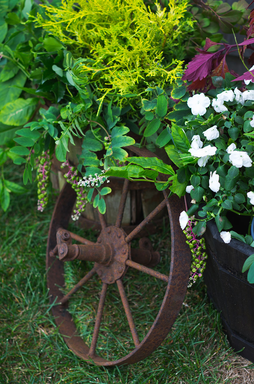 Exterior flower decorations with antique wheel