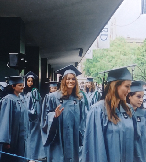 Yasiara Ortiz graduandose de la Universidad
