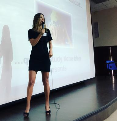 Yasiara Ortiz en una charla sobre Misstudy