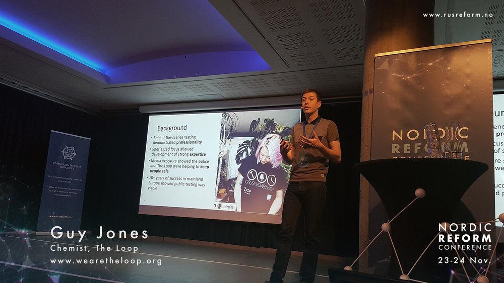 """Veien til kunnskap: Guy Jones har siden 2010 testet dopet for festivaldeltarken i regi av organisasjonen """"The Loop"""". Jones fortalte at møtet med festivaldeltakerne gir en verdifull mulighet til å snakke med brukerne og få tilgang på data, som ellers er vanskelig tilgjengelig."""