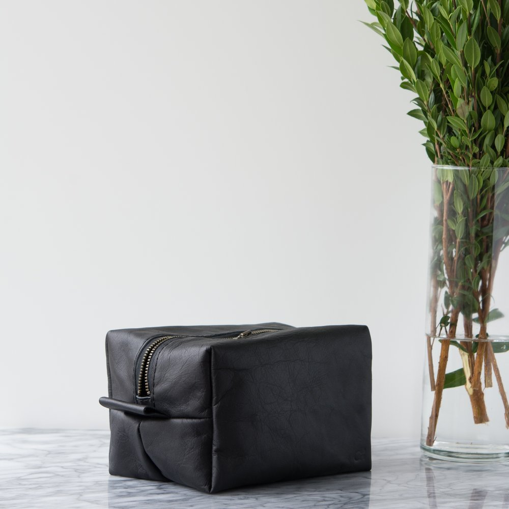 mens leather dopp in blacl.jpg