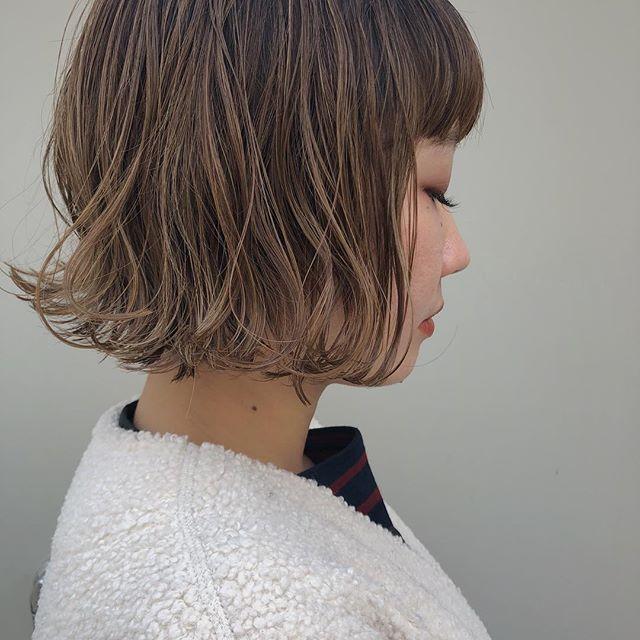 こんばんは、kikkakeの @honami_kaneko です☺︎ 最近、よくご相談される巻いた髪のキープの仕方について! .  まず見直していただきたいのが オイルのみで仕上げた場合のつける量。質感をウェットにしたいだけであれば良いと思いますが、キープすることを考えるとオイルだけでは難しいんです、、。(付けすぎはよりカールを垂れさせます!) そこでオススメなのが ⚫︎シアバター×オイル(少なめ) ⚫︎ワックス×オイル (👆写真は前者のほうで仕上げています) .  キープ力のあるスタイリングに少量のオイルをつけることによって 質感もウェットにしてくれて髪の毛もキープしてくれます!  少し巻きすぎちゃったな、という日は オイルを多めにしても◎ 内側までしっかりまんべんなくつけてあげてください☺️ .  わからなければ私のアカウントからでもご相談可能です^^ お気軽にご連絡ください! @honami_kaneko .  #kikkake_honami