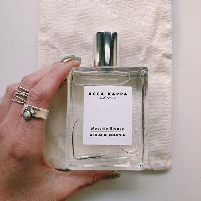 こんにちは、KIKKAKEの @honami_kaneko です!  みなさん、 ACCA KAPPA (アッカカッパ)というブランドをご存知ですか☺︎? ヘアブラシからスタートし最近ではシャンプーや生活用品まで扱うブランド。 .  ヘアケア用品を扱うブランドから香水も出ているんだ!と思い、さっそくチェックしてみました! .  私はこのホワイトモスの香りを🌼 女性でも男性でも使えるような香り♡ (他にも香りの種類はあります◎) .  大手のブランドから出ている香水はもちろんですが、元々ヘアブラシを作っていたブランドから香水などの香りものを出す、というは美容師をしている私にとってもとても興味深いことでした🤔 色々な角度からの情報収集も大切ですね! .  ボディソープやボディケア商品などもあるようなのでぜひチェックしてみてください! .  #kikkake_honami