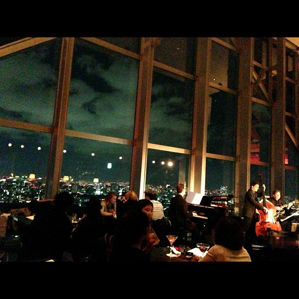 New York bar in Park Hyatt where Bill Murray used to go all the time in Lost In Translation. Crazy expensive. #tokyo #japan #movie #billmurrey #night #view