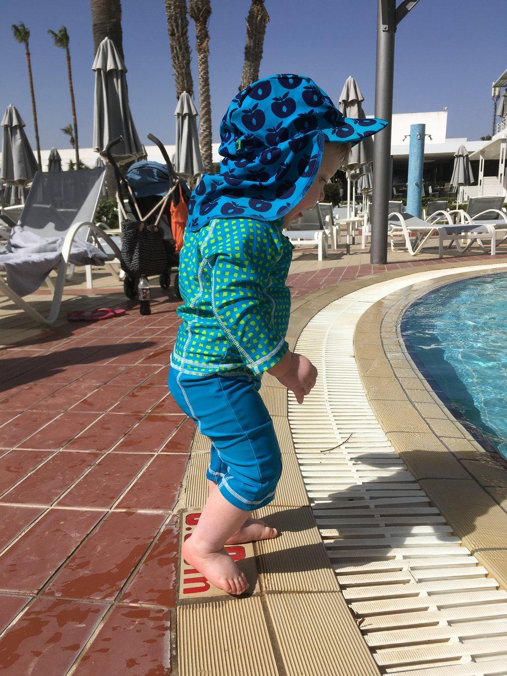 Roligast vid poolen: stå och plaska vid kanten när pappa badade