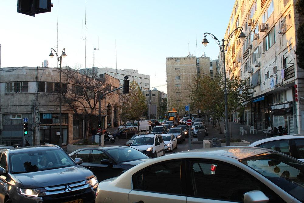 Eftermiddagstrafik i Jerusalem - intensivt och härligt! Är det inte konstigt att rusningstimmarna utomlands kan vara spännande men hemma i Stockholm är det hemskt?