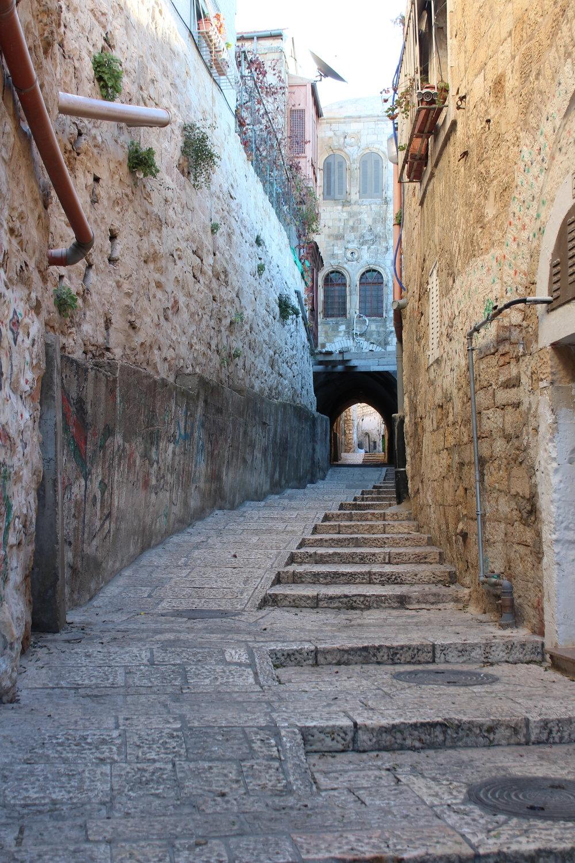 Tidig (verkligen tidig) morgonpromenad i Jerusalems gamla stads gränder. Här med ramp för varutransporter, vagnar och rullstolar.