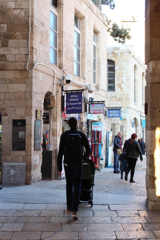 Genom Jaffa Gate, in i gamla stan. Modern reklam möter gammal arkitektur i en salig mix .