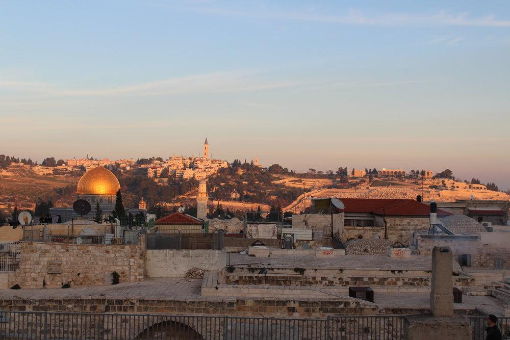 Utsikt över gamla stan i skymningen, Al-Aqsa mosken glänser helt fantastiskt i solen. Att gå upp på taken inne i gamla stan kan verkligen rekommenderas. Vi blev guidade hit upp av en butiksägare - lugnt, mysigt och väldigt fint.