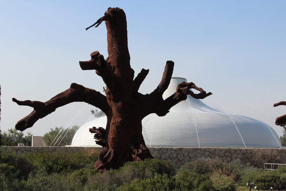 """Ai Weiwei (den kinesiske konstnären) hade en gästutställning på Israels museum. Vi tittade dock bara på den utomhus, fint. I bakgrunden """"Bokens helgedom"""" där Döda Havsrullarna och andra förhistoriska handskrifter finns."""