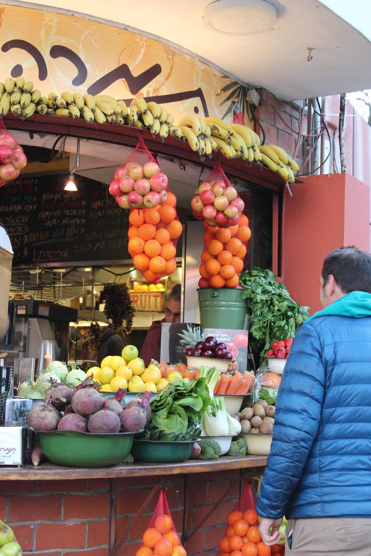 Bästa mellis i Tel Aviv! På flera platser fanns sådana här lockande, fräscha stånd med frukt och grönt där det blandades fruktsmoothies, nyttiga shakes och fruktsallader med honung. Supergott, som alltid i varmare länder.