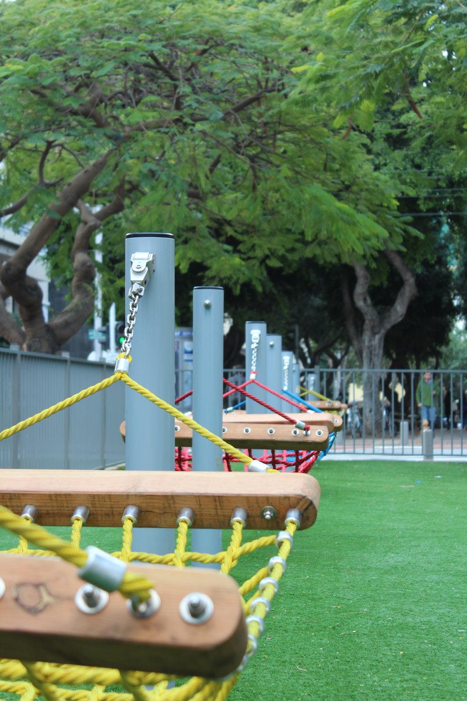 En av alla spännande pausområden längs gångstråken i Tel Aviv. Härligt koncept att kunna ses en sväng vid hängmattorna eller slå sig ner med en bok. Inte superbekväma dock, tyvärr.