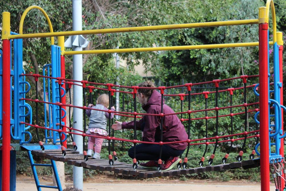 Till Ediths (och vår) stora glädje var det aldrig långt till en lekplats - i Tel Aviv fanns de överallt! Här inspektera gångbro och utsikten noggrant. Se vilken liten tjej!