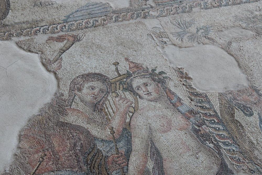 Helt omöjligt att göra rättvisa på bild - ett snitt ur mosaikgolven
