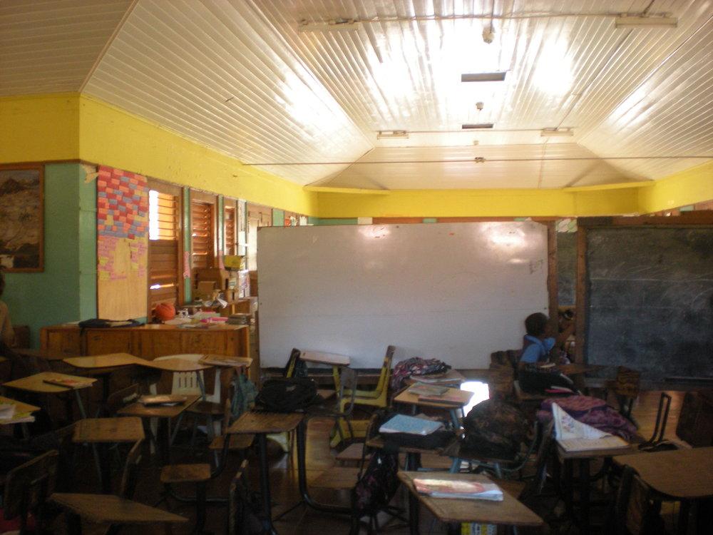 Klassrum i enorma salar, avgränsade endast av tavlorna mellan klasserna