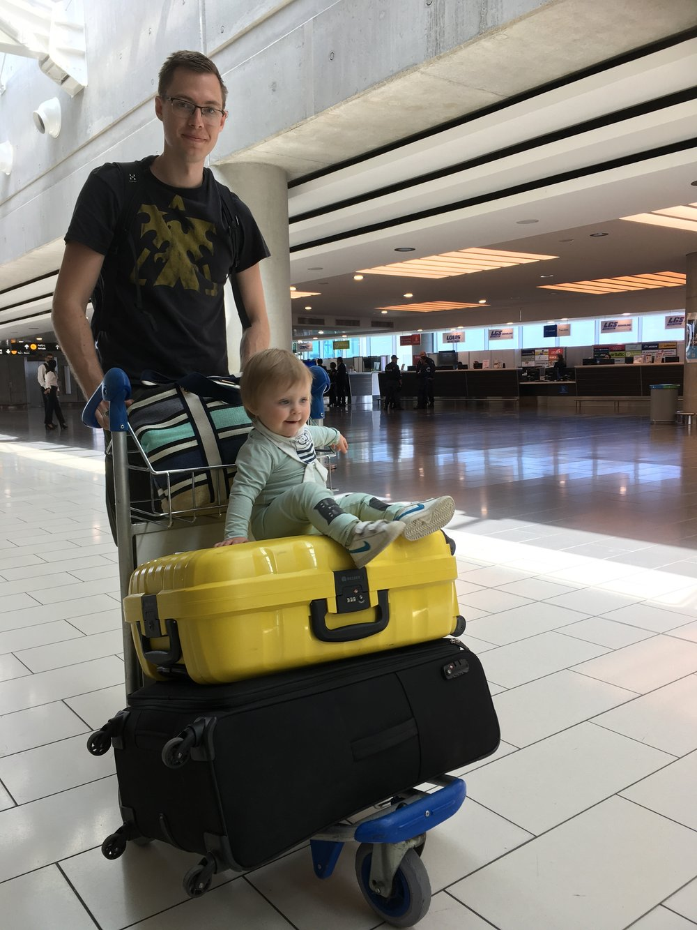 Superspännande att åka vagn på väskor!