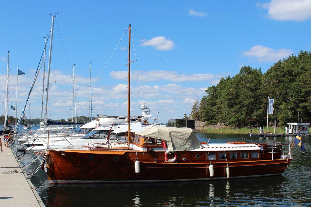 Vacker båt i Grinda gästhamn