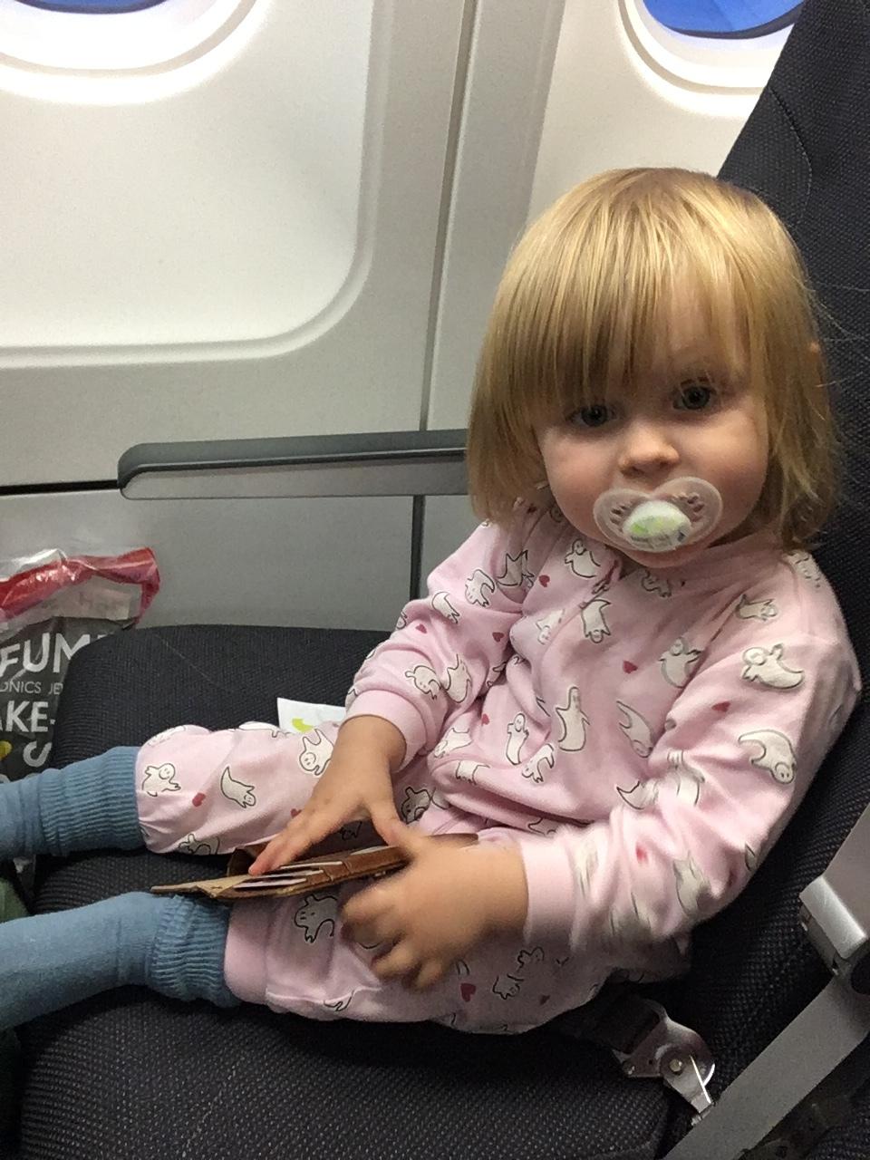 Pjamas-Edith på flygplanet