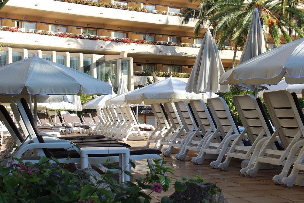 Ett av flera poolområden på Gloria Palace San Agustin