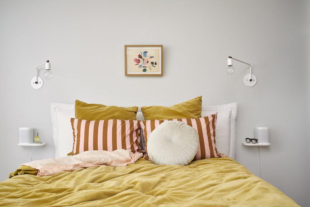 Sonos_Lifestyle_RGB_Large_Bedroom_Shelf_White.jpg