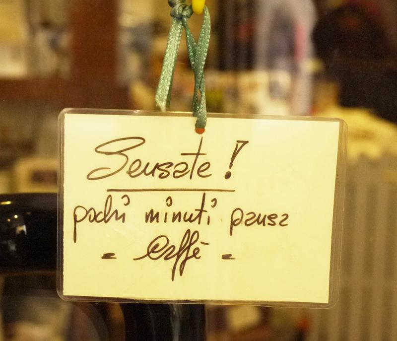 Pausa - Na porta de uma loja, è muito comum encontrar um recadinho :-) para pausa cafè.