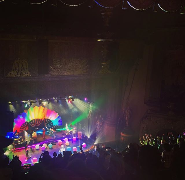 Oh what a world 🌈 @spaceykacey #ohwhataworldtour #beacontheatre #goldenhour #followyourarrow #alwaysarainbow #kaceymusgraves #livemusic
