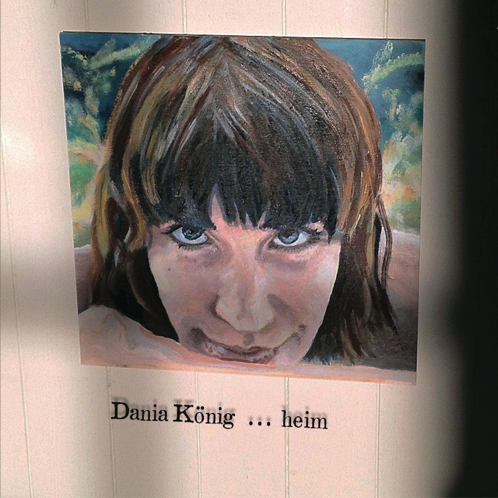 """heim - """"heim"""" heißt das neue Solo-Album von Dania König. Aus dem Zerbruch von """"Auf dem Grund"""", dem Vorgängeralbum, macht sie sich hiermit auf eine Reise nach Hause. Und das mit sehr viel Ehrlichkeit und Hingabe.14 neue, berührende Lieder, die verwundbar wirken und stark, zärtlich und mutig, persönlich und weltumfassend.Wieder einmal verlangt Dania König den Mainstream-Pop-Hörern einiges ab, weil die Songs in den Akkorden, Klängen, Worten und Arrangements den Moment suchen, nicht den glasklaren Standard.Sie lässt Klaviere wabern, Chöre aus Filtern auftauchen, verdrehte Akustikgitarren vor Sturmkulisse spielen. Es zwitschern Vögel hinter einem Harmonium, Fenster gehen knarzend auf, Melodien suchen und finden sich, daneben countryesk anmutende Folksongs, ungerade Taktarten, und dann ein Sound, der an die großen englischen Popmusiker wie Sting oder Peter Gabriel erinnert.Wie bei ihren anderen Projekten wird Dania König unterstützt von Martin Preaetorius (Mix), Marius Goldhammer (Bass), Mario Garruccio (drums), Markus Segschneider (Gitarren) und Dino Soldo (Blasinstrumente).Dania König singt, spielt Klavier, Gitarren, Akkordeon, Harmonium, Glockenspiel, arrangiert und produziert.Ein Highlight auf diesem Album ist das wunderbare Duett """"Du"""" mit Gregor Meyle.Dania König hat viel zu geben. Der Reichtum der Ideen beschränkt sich keineswegs auf's Musikalische. Nein, auch textlich ist dieses Album eine Fundgrube: """"Mein Mann ist Astronaut"""" - was für eine Idee! """"Ich lasse los, aber ich falle nicht. Das Rettungsseil hielt mich nicht, es band mich."""", oder """"ein Regentropfen genügt, und ich weiß alles über's Meer""""... Jeder der 14 Songs ist überraschend, anders und berührend.Bei all dem songwriterischen Talent, den verschiedenen Instrumentierungen und Stimmungen könnte man leicht annehmen, es fehle ein roter Faden. Doch was hinter und über allem steht, ist Dania Königs Stimme, mit der sie sowieso alles machen kann, was sie will, und dabei immer echt und ehrlich klingt.Sie scheint mit """