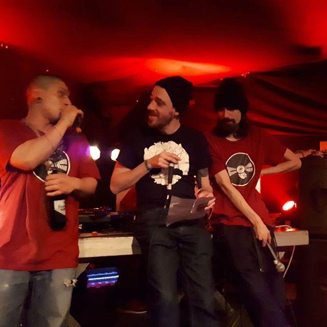 Neulich bei Rapper lesen Punker...äh fast! Linz rappt! #5 war ein totaler Abriss, danke an alle MCs die mit uns gestern die KAPU zum Beben gebracht haben! 🔥 @seks.music @kzudemss @hashtagapokalypse @bella.diablo1 @teflon_shinobi @selbstlaut @kinetical.official @taiga_asim @sanitaeter.official  #linzrappt #seks #kskopfsache #coc #belladiablo #defill #mahagoni #cabinetofcuriosities #kinetical #taiga #sanitäter #kapu #aggressivekunst #straightouttastoistodt