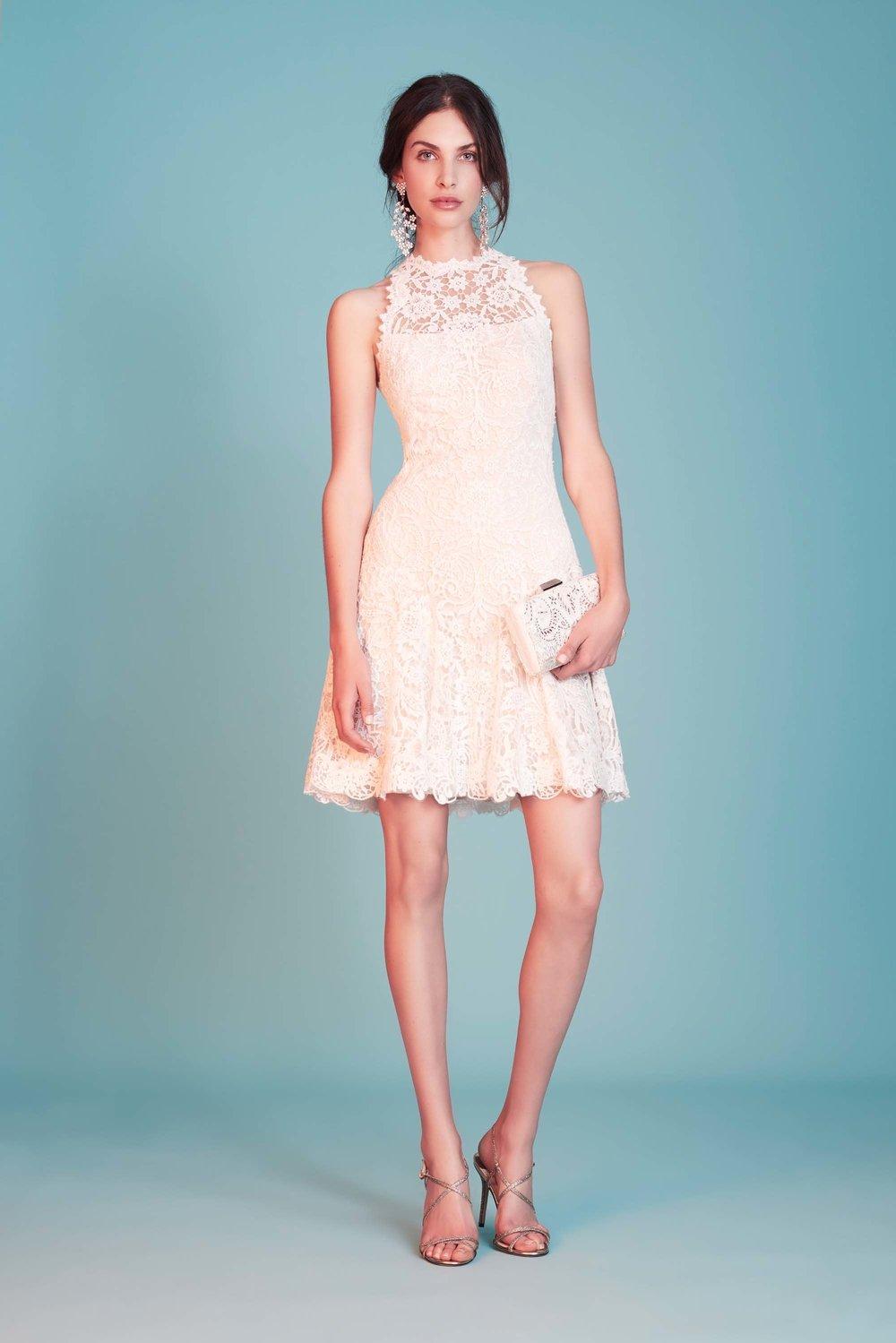 1172185fdeba Kort framtill, knälångt, minikjol - längden på klänningen bjuder den här  säsongen in till att visa upp benen. Extra snyggt är det om man har långa  ärmar så ...