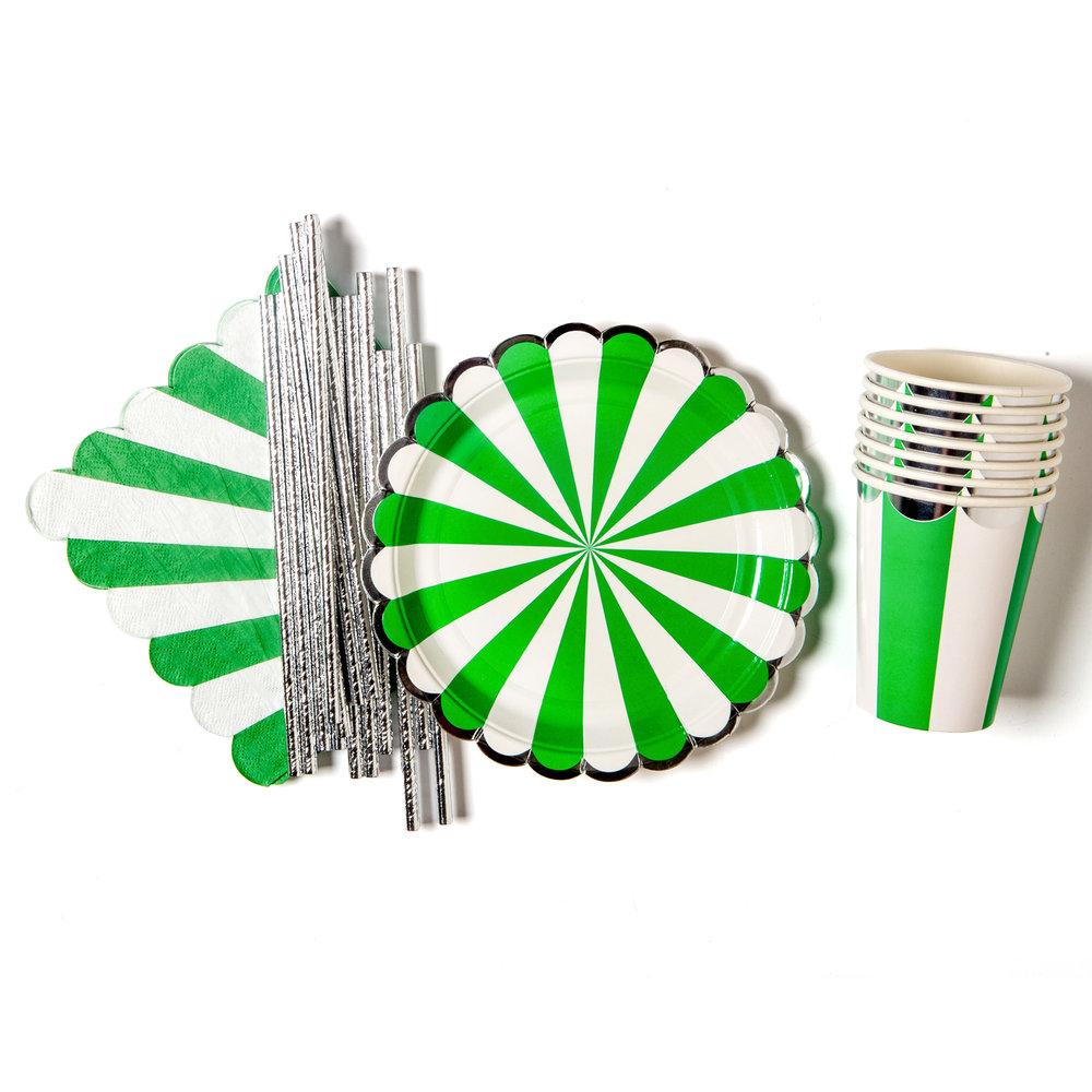 grön-vit-randigt-dukningskit-bestående-av-små-papptallrikar,-pappmuggar,-servetter-och-sugrör-som-fixar-din-dukning-på-ett-kick.jpg