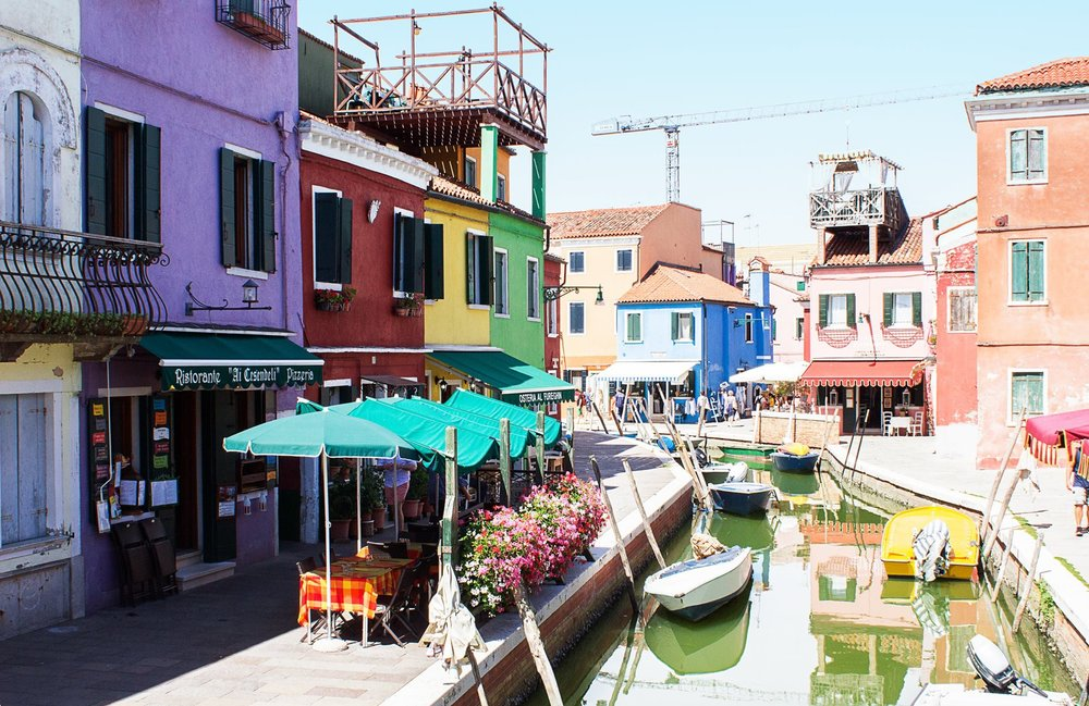 These are coloured houses in Burano Island. It takes about 40 minutes to get here from the main Venice with Vaporetto. The island is great for taking photos to show off on your Instagram account. Then, there are a lot of lace shops and it's the main attraction. Otherwise, you could visit a few little shops where they show the 'glume glass working' technique.