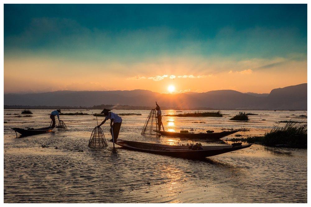 MYANMAR- Spirituelles und buntes Land der Pagoden - Myanmar, das frühere Burma, gilt als größtes buddhistisches Land und Juwel Südostasiens. Kein Wunder also, dass sich dieses geheimnisvolle Land in den letzten Jahren zu einem Liebling für Asien-Entdecker entwickelt hat. Nirgends sonst gibt es so viele buddhistische Tempel und Klöster eingebettet in eine märchenhaft ursprüngliche Landschaft sowie herzliche und bescheidene Menschen. Einen bleibenden Eindruck hinterlässt zweifellos die alte Königsstadt Bagan, die zu den Höhepunkten einer Myanmar-Reise gehört, wenn die auf- oder untergehende Sonne das riesige Pagodenfeld in ein ganz besonderes Licht hüllt. Aber auch die goldene Shwedagon-Pagode in Yangon oder die Tempel von Mandalay sind traumhaft. Besuchen Sie außerdem die weltweit bekannten schwimmenden Gärten und Einbeinruderer auf dem Inle-See, die im Morgendunst auf Fischfang gehen. Lassen Sie sich verzaubern von einem Land zwischen Tradition und Wandel.