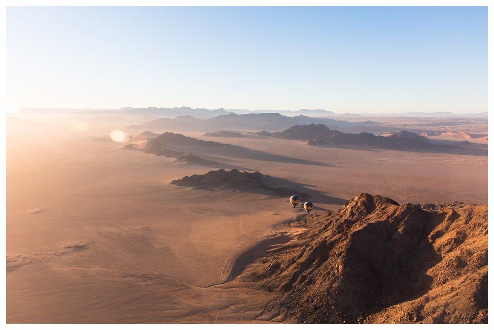 NAMIBIA - Beeindruckende Weite - Landschaften, die so faszinierend sind, dass sie sich für die Ewigkeit einprägen. Aussichten, so weit das Auge reicht, und Begegnungen mit Ureinwohnern im Norden des Landes, die unvergesslich bleiben. Das alles ist Namibia, das Land der roten Stille. Seinen Namen verdankt es der Kalahari, einer der größten Sandwüsten der Welt mit ihrem feinen roten Sand. Besonders beeindruckend sind in Namibia das Sossusvlei-Gebiet und der Etosha National Park - touristisch zwar bereits gut erschlossen, aber auch hier zeigen wir das Land von seiner unberührten Seite, indem wir Sie auf Pfade abseits der bekannten Plätze mitnehmen. Mit dem Kleinflugzeug oder Geländewagen lassen sich auch abgelegene Orte und besondere Ausblicke in völliger Abgeschiedenheit erkunden. Namibia wird Ihnen mit seiner Weite ein wirklich tiefes, inneres Freiheitsgefühl bescheren, das lange nachklingt.